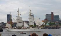 Das Segelschulschiff der Deutschen Marine eröffnete die Einlaufparade zum 824. Hafengeburtstag. Die Bark wurde 1958 von Blohm & Voss in Hamburg gebaut.