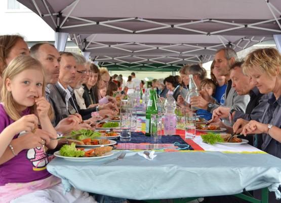 Drei-Gänge-Menü unter fast freiem Himmel - der Einsatz der Jungen und Mädchen von der Stadtteilschule Wilhelmsburg machte es möglich