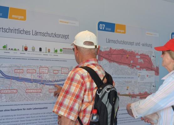 Touristen auf der internationalen Gartenschau informieren sich über die Vorzüge der Verlegung der Wilhelmsburger Reichsstaße