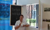 Edith Dargel lässt sich die russischen Brötchen von Frau Schmidke schmecken