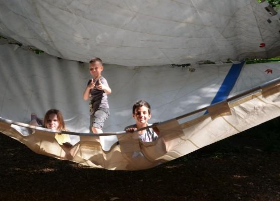 In das Segel-Baumhaus passen Shahira, Domenick und Abdel locker zu dritt hinein