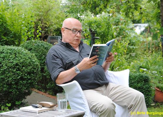 Der Journalist Christoph Lütgert war einer der Vorleser, denen das Publikum beim Literatur-Gartenfest gebannt zuhörte