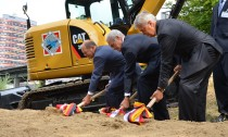 Mit vereinten Kräften setzten Bürgermeister Olaf Scholz, Bundesverkehrsminister Peter Ramsauer und Verkehrssenator Frank Horch die Spaten an