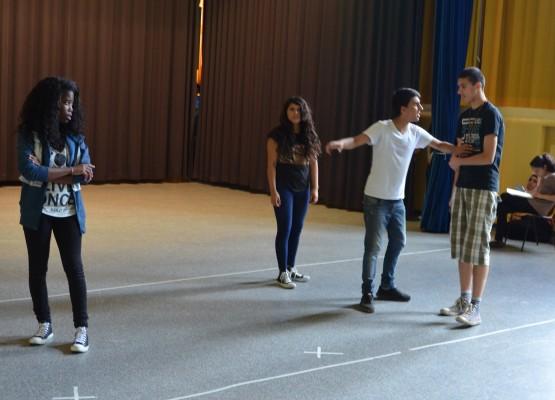 Wer mit wem - das ist die Frage im Theaterstück Panik im Park, das von Chaos zwischen Helena, Hermia, Lysander und Demetrius erzählt