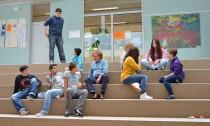 Schulleiter Kay Stöck (mitte) ist nicht der Meinung, dass der Film Schülerinnen und Schülern der Stadtteilschule Stübenhofer Weg geschadet hat.