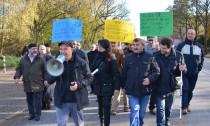 80 bis 100 Menschen machten sich auf den Weg zur Regionalstelle des Jugendamtes