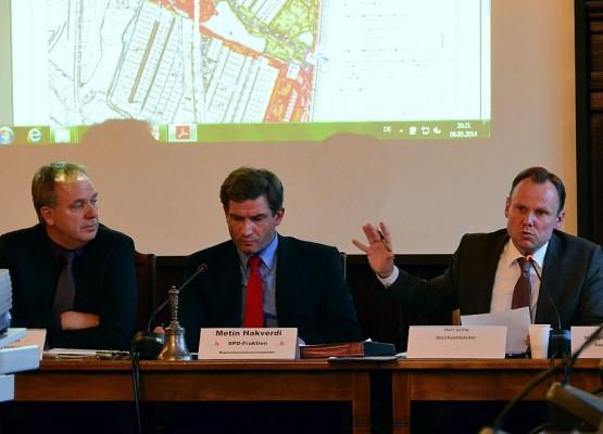 Bezirksamtsleiter Grote erläutert die neuen Pläne zum Inselpark