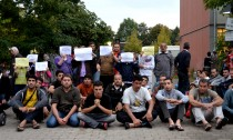 Flüchtlinge protestieren vor Notunterkunft